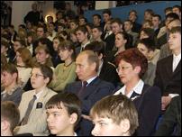 В.В. Путин сидел рядом с директором лицея Н.Т. Рахимовой в окружении учащихся